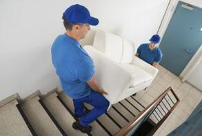 階段での荷物運び