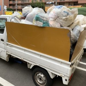 軽トラックにゴミ袋の山